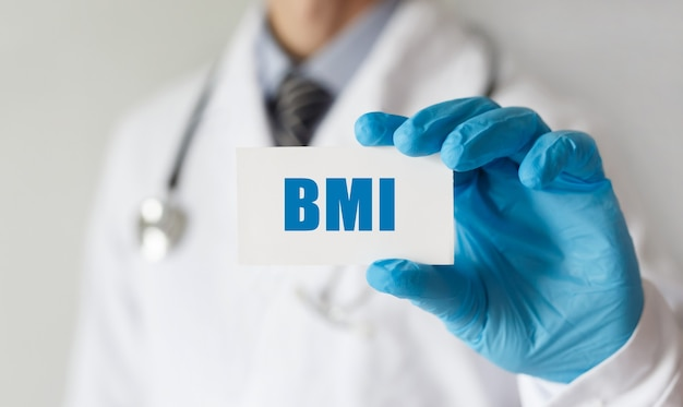 Médecin tenant une carte avec texte imc, concept médical