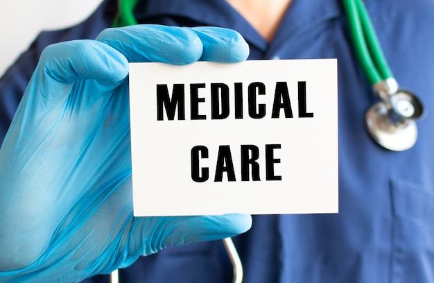 Médecin tenant une carte avec texte soins médicaux
