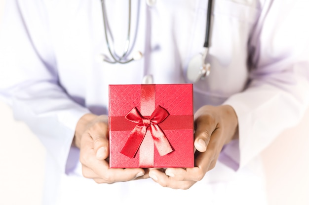 Médecin tenant le coffret rouge à la main