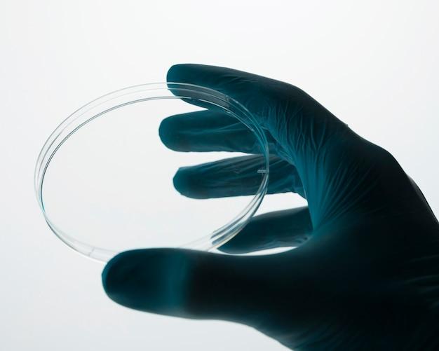 Médecin tenant un élément de laboratoire