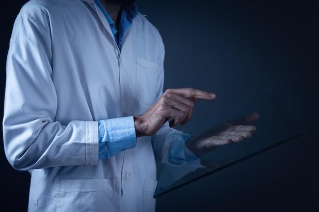 Médecin tenant un grand écran tactile transparent