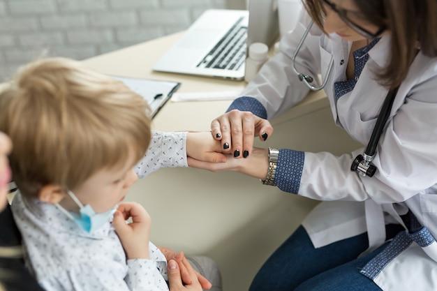 Médecin tenant la main de l'enfant