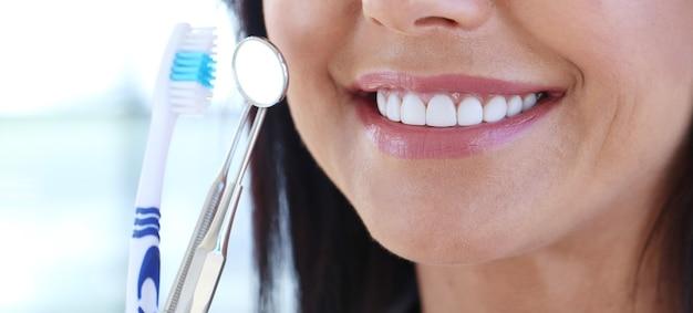 Médecin tenant les outils du dentiste