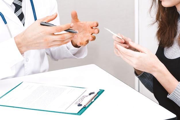 Médecin tenant la pilule avec le patient à l'hôpital.santé et médecine