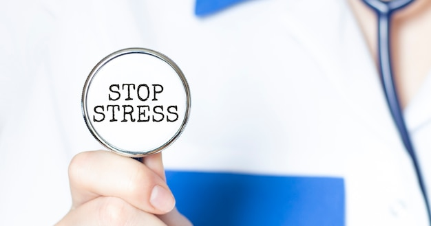 Médecin tenant un stéthoscope avec texte stop stress, concept médical