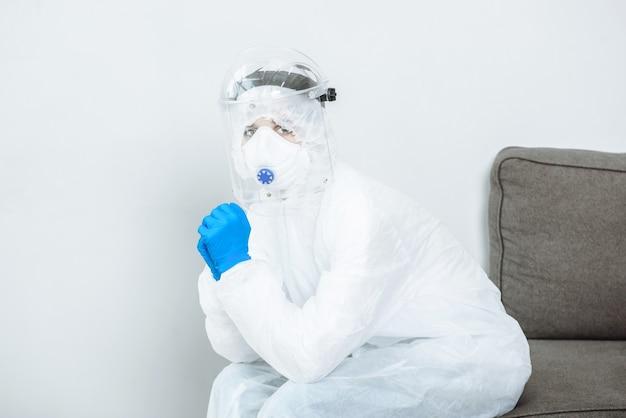 Un médecin en tenue de protection epi hazmat pendant la pandémie de coronavirus covid-19.