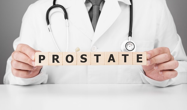 Le médecin tient des cubes en bois dans ses mains avec du texte prostate