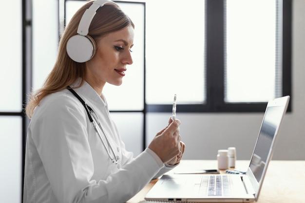 Médecin de tir moyen parlant au patient
