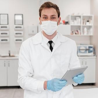 Médecin de tir moyen portant un masque