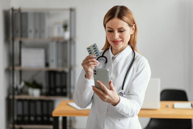 Médecin de tir moyen tenant des pilules