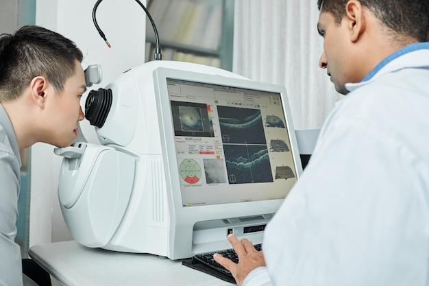 Médecin traitant les yeux du patient