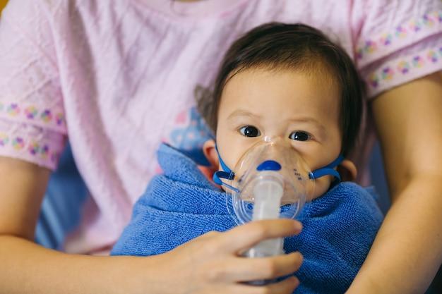 Médecin traitement d'un enfant malade par une infection pulmonaire d'asthme ou de pneumonie causée par un virus