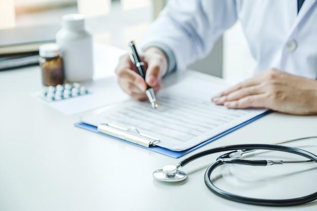 Médecin travaillant au bureau de l'hôpital et réfléchissant au problème de maladie du patient