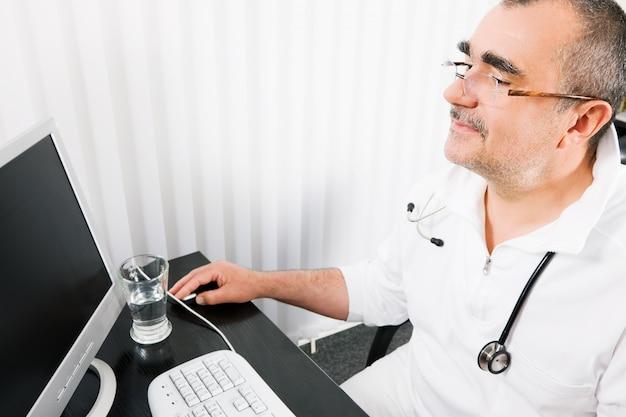 Médecin travaillant au bureau