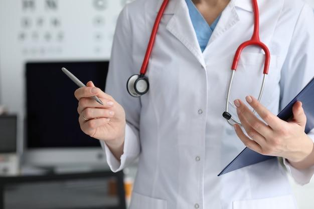 Médecin travaillant en clinique