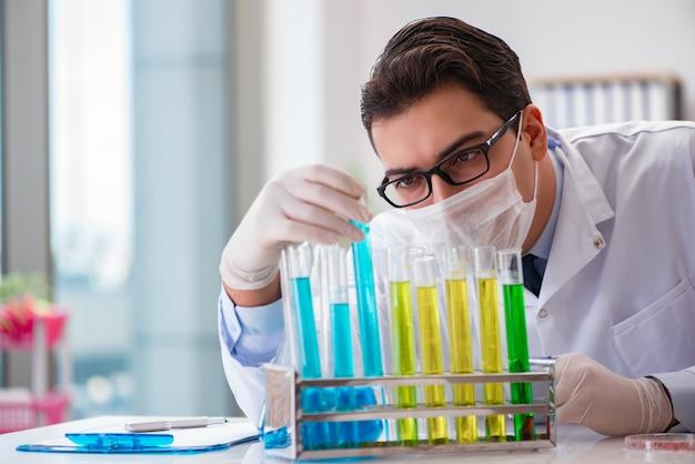 Médecin travaillant dans le laboratoire