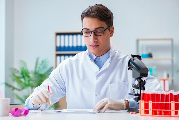 Médecin travaillant avec des échantillons de sang