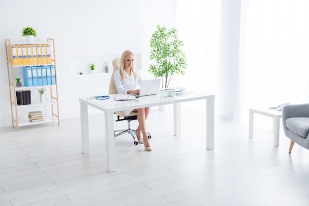 Médecin travaillant sur un ordinateur portable dans son bureau