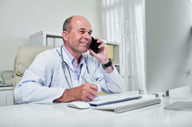 Médecin travaillant sur ordinateur