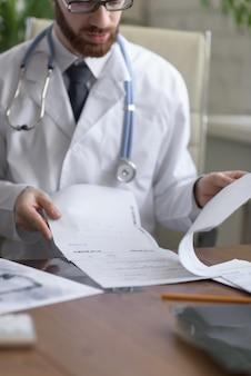 Médecin travaillant avec les résultats des tests