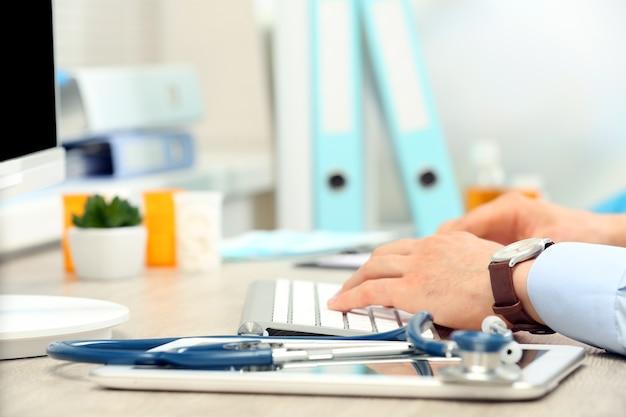 Médecin travaillant à table au bureau