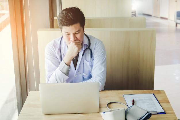 Médecin travaille dans la séance de bureau, en pensant au problème de la maladie du patient