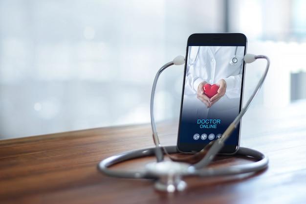 Médecin à travers l'écran du téléphone vérifier la santé consultation médicale en ligne, médecin en ligne.
