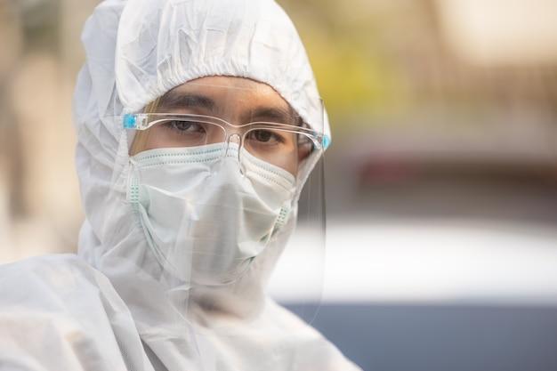 Médecin en uniforme epi portant un masque protecteur