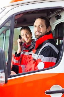 Médecin d'urgence et infirmière conduisant une ambulance
