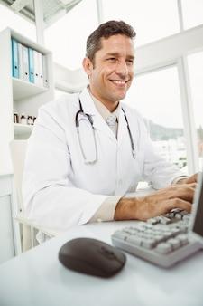 Médecin utilisant un ordinateur au cabinet médical