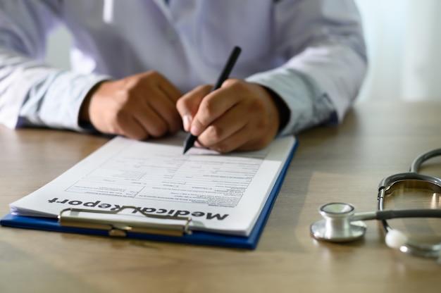 Médecin utilisant le rapport médical du dossier médical de l'ordinateur ou la base de données de certificats médicaux des soins de santé du patient