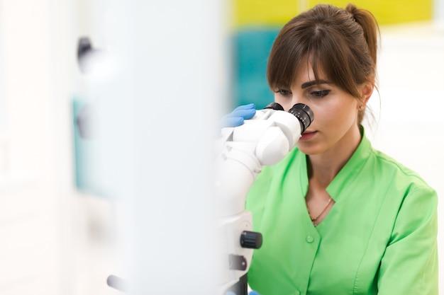 Médecin utilise un microscope dentaire