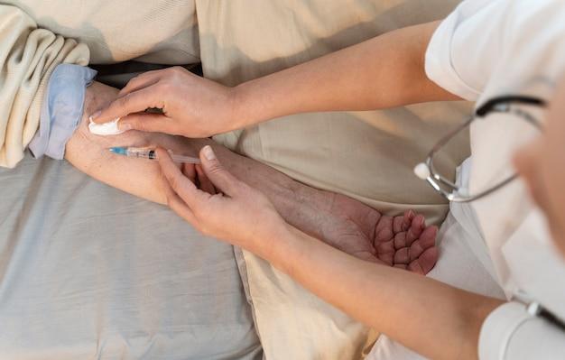 Médecin vaccinant un patient âgé