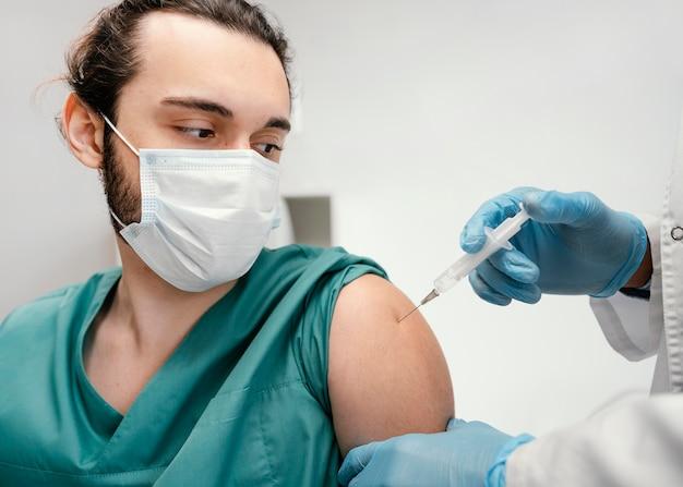 Médecin vaccinant un patient à la clinique