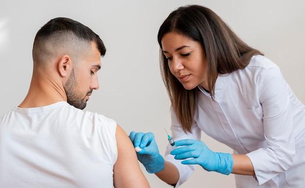Médecin vaccinant un patient