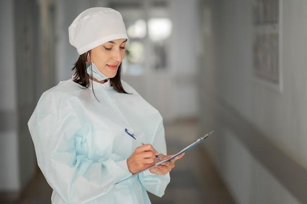 Médecin vérifiant le formulaire médical à l'hôpital
