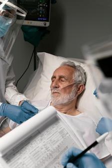 Médecin vérifiant les problèmes respiratoires d'un patient