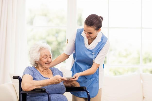 Médecin vérifiant la santé des patients à la maison