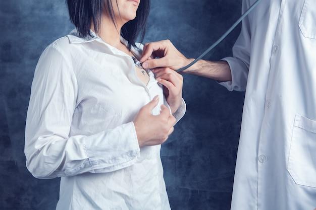 Un médecin vérifie le cœur d'une femme