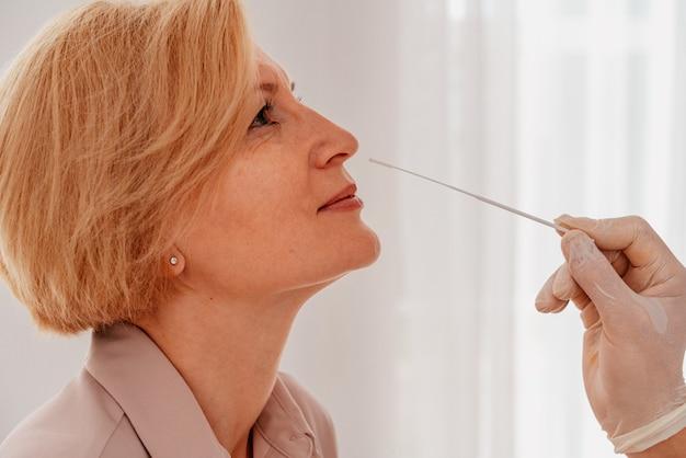 Le médecin vérifie le virus covid avec un testeur