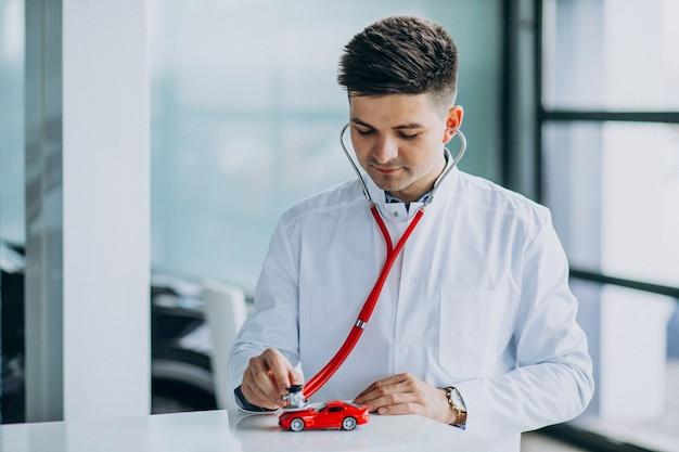 Médecin de voiture avec stéthoscope dans une salle d'exposition
