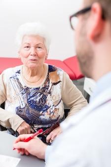 Médecin voyant un patient senior en pratique