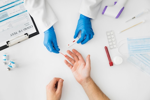 Médecin vue de dessus faisant un test de covid