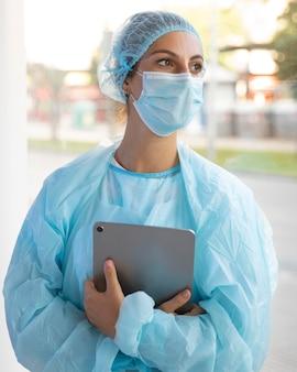 Médecin de la vue de face à l'écart