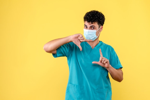 Médecin de la vue de face le médecin en masque parle de remèdes contre le coronavirus