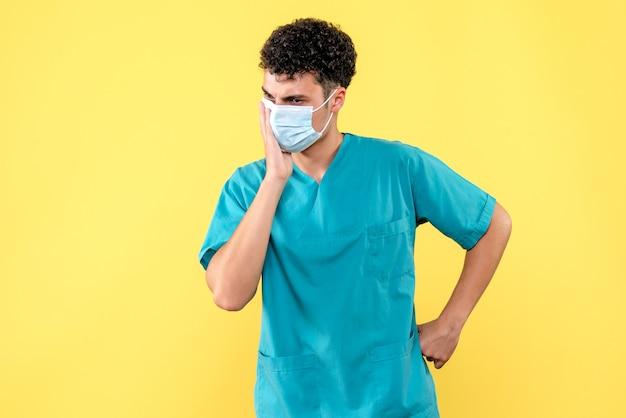 Médecin de la vue de face le médecin en masque réfléchit aux avantages et aux inconvénients du vaccin