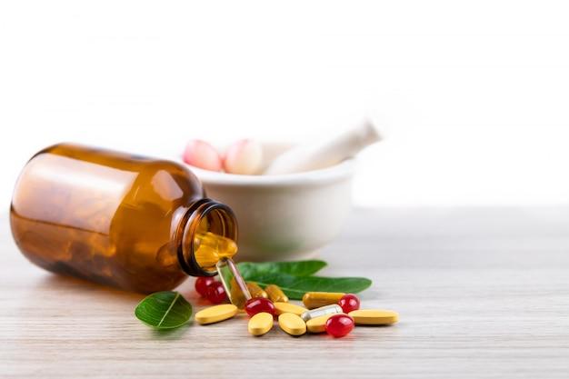 Médecine alternative à base de plantes, vitamine et supplément de naturel sur bois avec fond