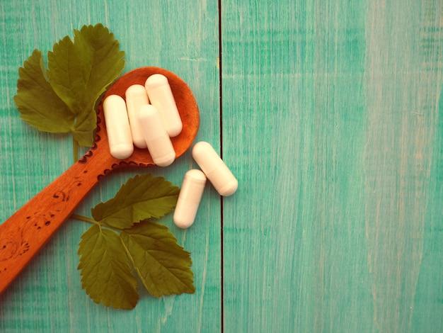 Médecine alternative, plantes vertes en remplacement des comprimés, aromathérapie, essences et huiles naturelles