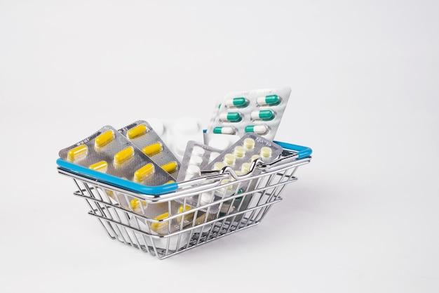 Médecine blister dans le panier de vente de pharmacie client