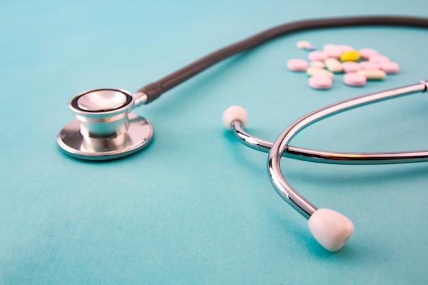 Médecine et dispositifs médicaux sur fond bleu.
